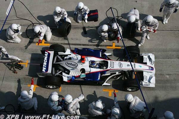 Los chicos de BMW trabajando en el coche de Hedfield